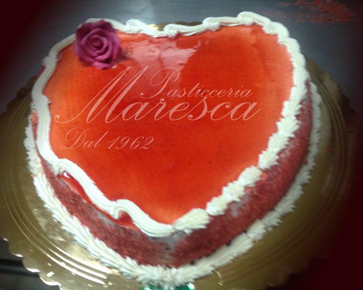 Torta forma cuore a crema chantilly e fragoline