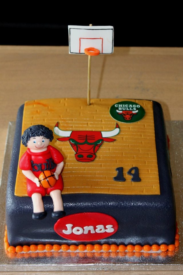 Chicago Bulls basketball cake! My bf would love this cake.