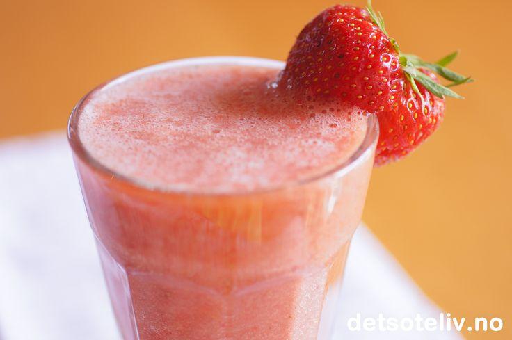 Smoothie med jordbær, appelsin og banan