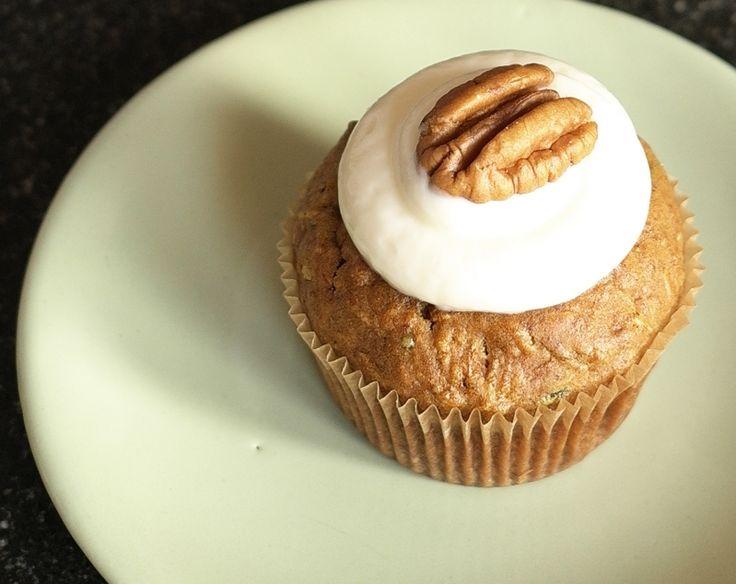 Další příjemné zdravé muffiny, které vydrží dlouho vláčné, hlavně díky tomu, že  mají v sobě spoustu zeleniny a jablečného pyré. Je lepší, uchovávat je v lednici, ale to hlavně kvůli krému.