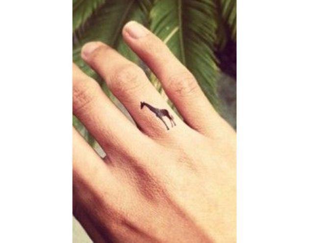 Tatuajes de animales en los dedos...