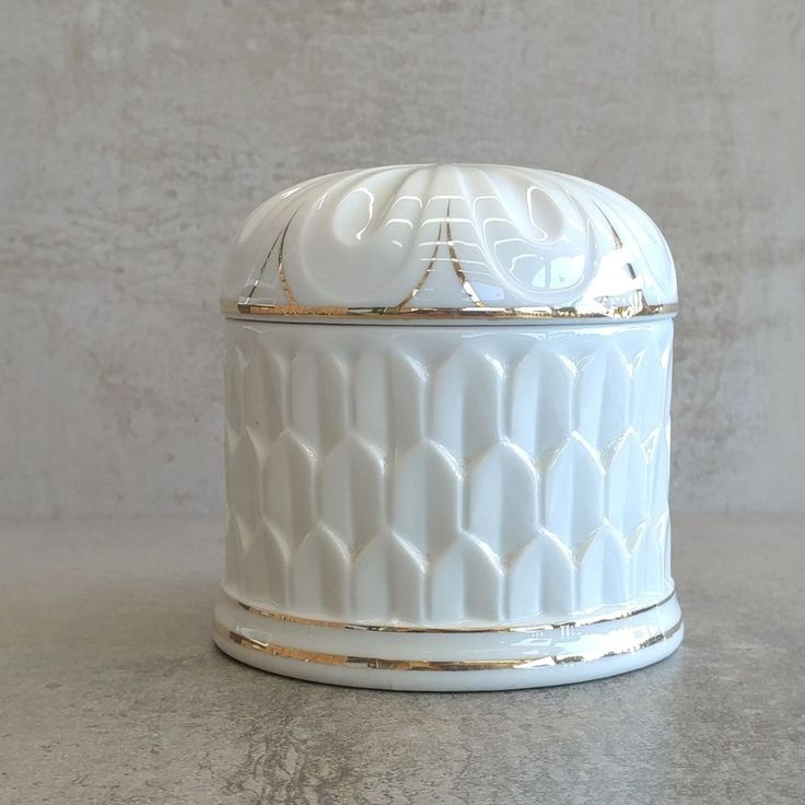 Vintage Elizabeth Arden  The Royal Pavilion at Brighton  design - Cabriole Royal Palm Powder Jar Made in Japan 1978. Porcelain.