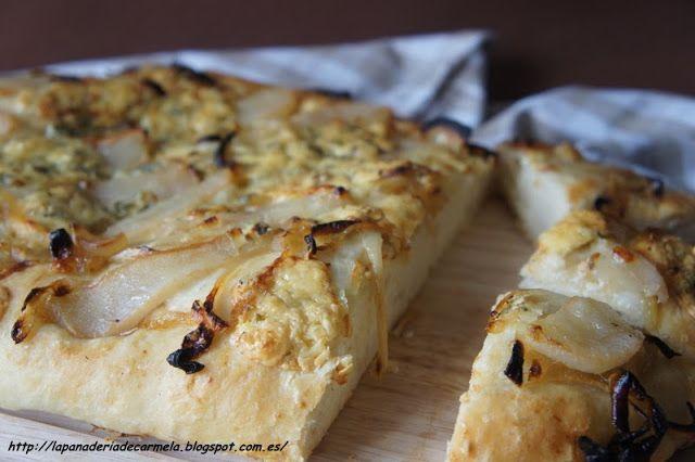 LA PANADERÍA DE CARMELA: FOCACCIA DE CEBOLLA CARAMELIZADA, QUESO AZUL Y PERA. Cambiar el queso azul por gorgonzola.