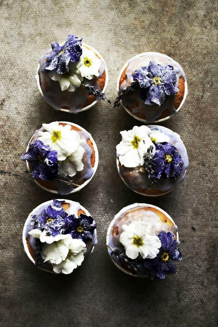 CUPCAKES DE LAVANDA CON PRIMULAS ESCARCHADAS (lavender cupcakes with candied primroses) #RecetasConFlores