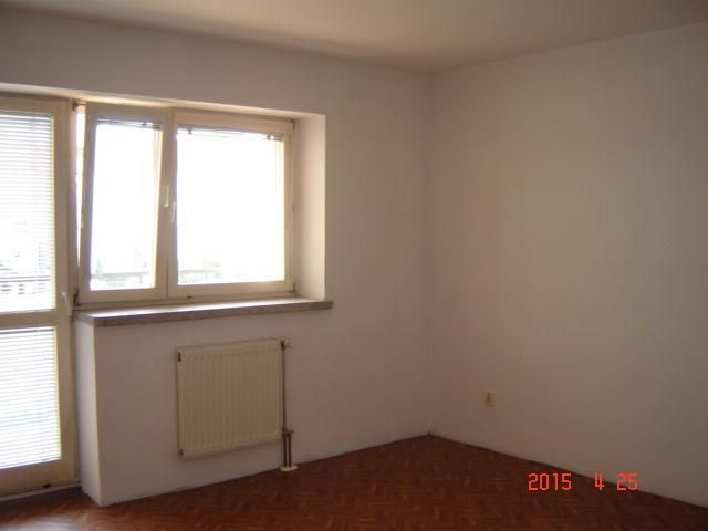 Na sprzedaż rozkładowe mieszkanie w Lesznie w prestiżowej dzielnicy śródmieścia, składa się z kuchni wraz z aneksem jadalnym o powierzchni 18 m2, salonu od strony południowej z wyjściem na loggia o pow. 18 m2, sypialni z wyjściem na loggia o pow. 11,5 m2, obszernej i dobrze utrzymanej łazienki o pow. 6 m2, p. pokoju o dużych możliwościach zabudowy o pow. 8,5 m2. Mieszkanie widne, bardzo ładnie położone, 1 piętro, duża loggia, opomiarowanie, czynsz dla 4 osób ok. 450 zł z wodą i ogrzewaniem…