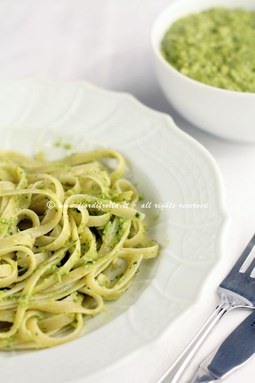 Linguine al pesto di asparagi, spinaci e mandorle