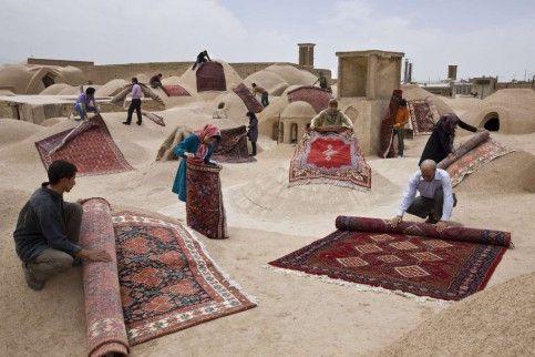 I due progetti del fotografo Jalal Sepehr che mostrano l'Iran attraverso un oggetto particolarmente diffuso nel Paese: i tappeti