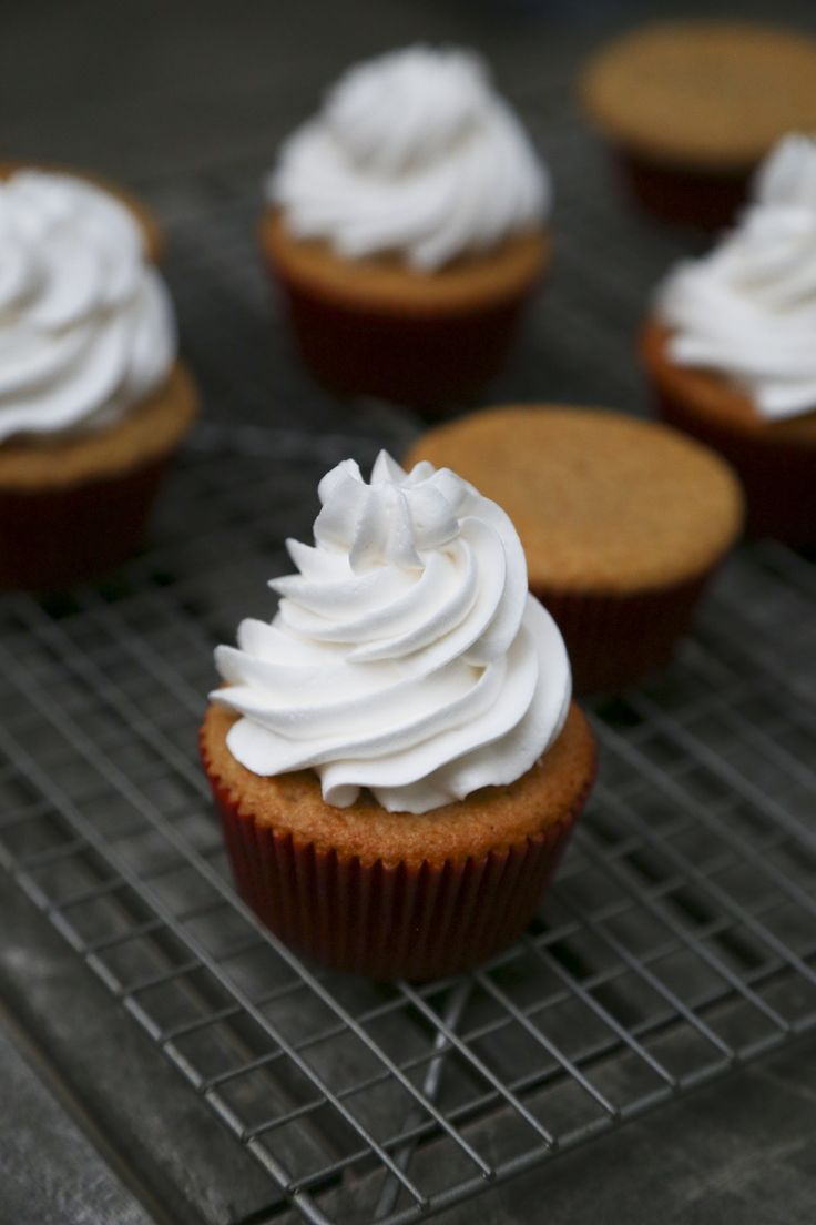 MARSHMALLOW FROSTING CUPCAKE [Martha Stewart] [foodologie]
