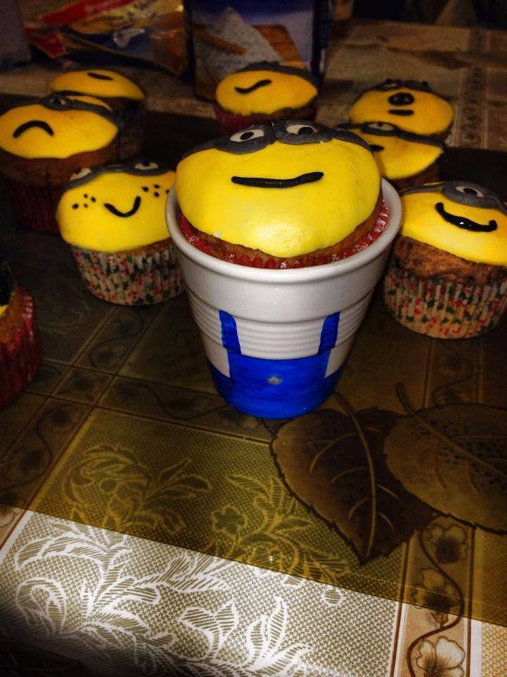 Minion in tazza Muffin decorati con pasta di zucchero ed inseriti in una tazza di ceramica dipinta a mano