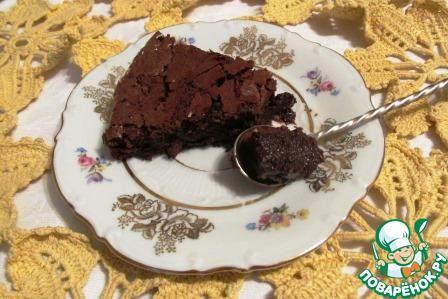 """""""Очень шоколадный торт без муки"""": Масло сливочное (+ масло для смазывания формы) — 125 г Шоколад темный — 250 г Яйцо куриное — 3 шт Сахар — 170 г Ванильная эссенция (5 капель) — 1/8 ч. л. Коньяк (или ликер, по желанию) — 1 ст. л. Какао-порошок (для посыпки формы) — 2 ст. л."""