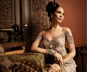 Aura that glows in batik kebaya dress looks so detailed that intersect in the design, the radiated elegance wedding dress with beads that fuse elegance with the feel of an elegant silver color.