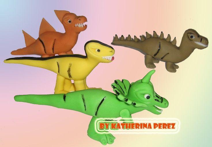 Aqui les muestro como modelar dinosaurios en pasta de azucar. Si quieren ver como queda la torta decorada con estos dinosaurios, aqui el video: http://youtu....
