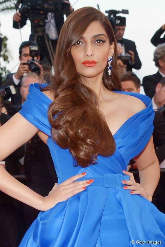 Sonam Kapoor - OSEZ LE SIDE-HAIR ! Également appelée one shoulder, cette coiffure consiste à garder beaucoup de volume d'un côté et plaquer l'autre.