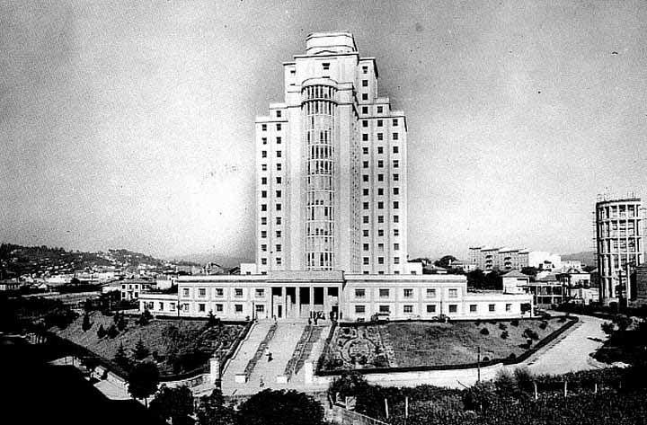 Vista de la Residencia Almirante Vierna o El Pirulí, sobre el año 1970.