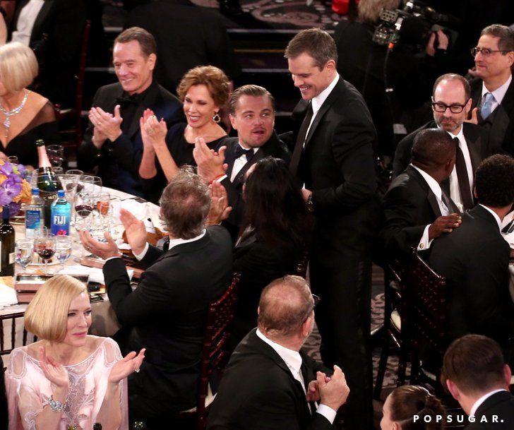 Pin for Later: Die 22 besten Backstage-Aufnahmen der Golden Globes Matt Damon besuchte seinen Freund Leonardo DiCaprio spontan am Tisch