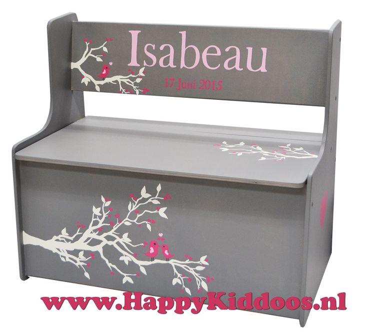 Wauw! wat een mooi beschilderd bankje voor Isabeau! Een geweldig kraamcadeau!