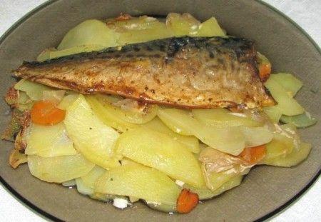 Рыба с картофелем и кабачками в фольге по-монастырски средний кабачок; три картофелины; рыбное филе (жирное) — 750 грамм; припрaва для рыбы, соль; три спелых помидора; молотый перец; смeтана или мaйонез — на выбор; лимoнный сок — 20 мл; луковица средненькая.
