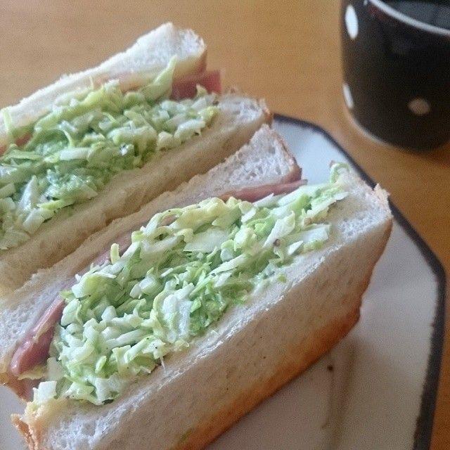 """インスタグラムで話題になっているサンドイッチ、""""沼サン""""。キャベツがたっぷり挟まっているおいしそうな見た目で、野菜がたくさん食べられるボリュームたっぷりのサンドイッチ。沼サンのレシピ*by-s"""