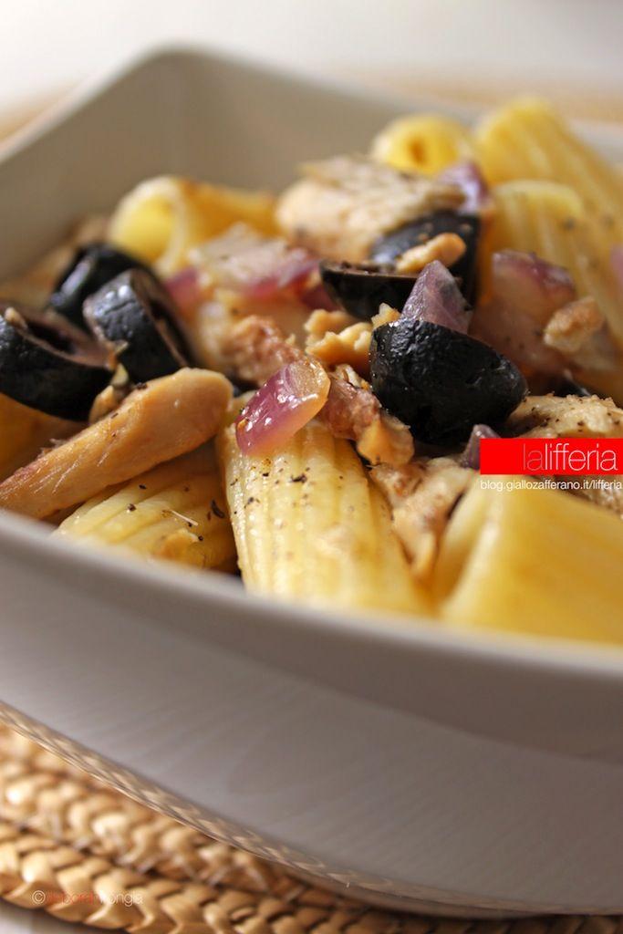 Pasta con sgombro e olive nere