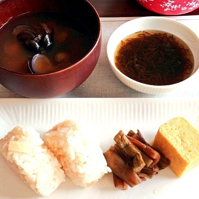 時間が押してお昼になってしまった朝ごはん(´・_・`) タケノコご飯のおむすびとシジミのお味噌汁、もずく酢、芋がらのきんぴら、厚焼き卵。 午前指定、11:58でも午前中(´・_・`) - 7件のもぐもぐ - タケノコご飯とシジミのお味噌汁 by GraceSophiaRose