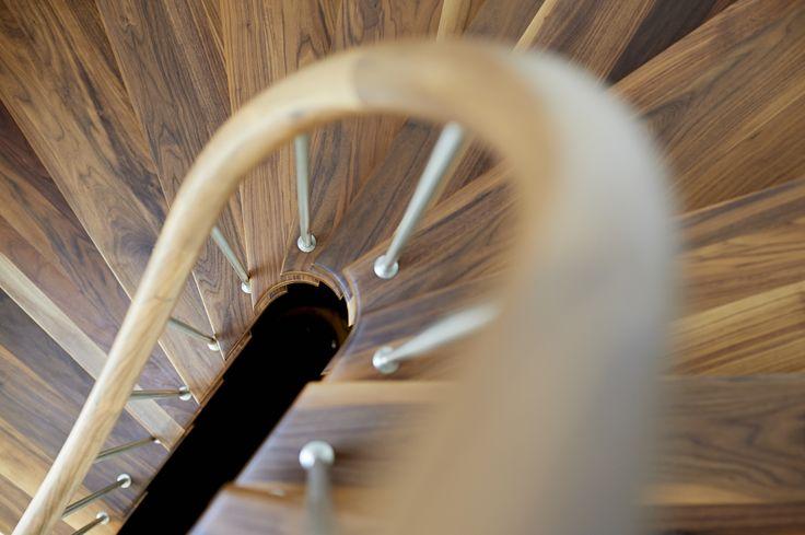 Eine Treppe, die sich auch ohne den Handlauf trägt, mit Stufen aus wildem, buntem amerikanischen Nussbaum und klar geölter Oberfläche. Durch den Handlauf mit Krümmling muss man nicht wie bei Pfosten umgreifen. Die moderne, offene Konstruktion ohne Wangen hat Stufen, die mit Gummilagern in die Wand gebohrt sind. Das führt zu weniger Trittschall. (Foto: paul-masukowitz.de)