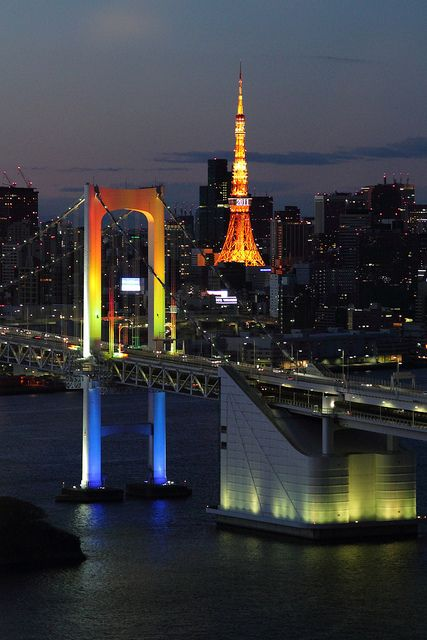 Torre de Tokio y el puente de arco iris en Odaiba, Tokio