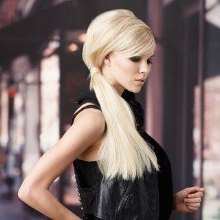 Brigitte Bardot lässt grüßen: Bei diesem Zopf die langen Haare zunächst am Oberkopf antoupieren, tief zusammenbinden, mit einer Strähne umwickeln und feststecken.  Sehen Sie hier den...