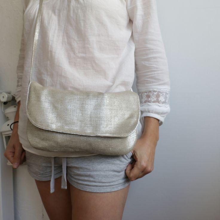 Ce petit sac légèrement brillant est l'accessoire de vos soirées d'été. Le Caro avec son petit passepoil argenté. Pour emmener le minimum: portable, cartes, clés... A porter en bandoulière (125cm). Fermeture aimantée en bronzedimensions: 28-16extérieur: lin enduit argentintérieur: doublure coton