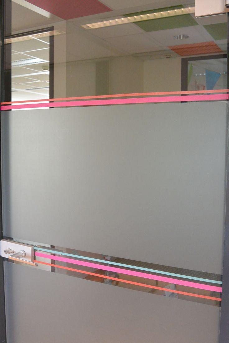 Saaie glazen deur bewerkt met tape en folie.