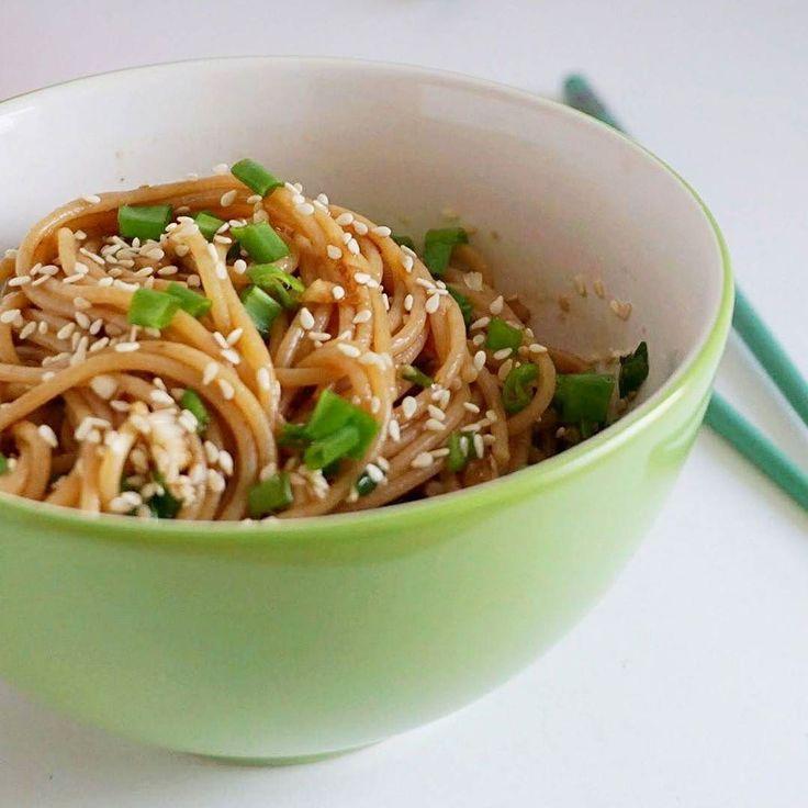 Danie idealne? Szybkie zdrowe i pyszne  Czyli na przykład makaron czosnkowo-sezamowy który zrobicie w 15 minut  To danie sprawdzi się też gdy w lodówce pustki... znacie jakieś fajne przepisy na taką sytuację?   #makaron #spaghetti #czosnek #zielonacebulka #szybkiobiad #obiadw15minut #obiad #pomyslnaobiad #delicious #deliciousfood #yummy #yummyfood #mniammniam #przepis #recipe #cooking #lovefood  #zdrowejedzenie #healthyfood #healthy #cleaneating #superfood #wiemcojem #kochamgotowac