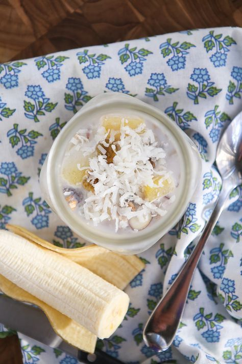 Tropical Overnight Oats Recipe: a combination of muesli, pineapple, raisins, coconut and almonds...this is the kind of breakfast you can't wait to wake up to!