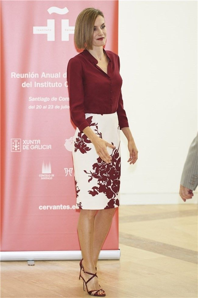 bf9dd4bef1de Doña Letizia con blusa y falda lápiz estampada en Santiago de ...