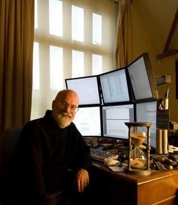 Terry Pratchett with his six-monitor set up. Impressive! #writers #workspaces #terrypratchett