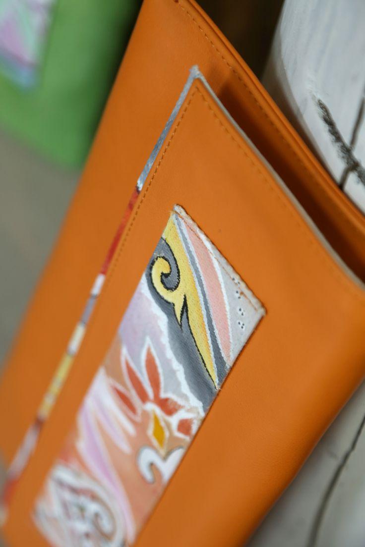 Modello clutch in pelle con fodera e fascia dipinta a mano. Dipinti personalizzabili.#bags #art #moda #design