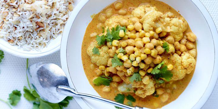 Curry van bloemkool en kikkererwten, gekruide rijst met amandelen