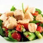 Salade van zalm op een bedje van spinazie