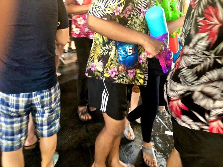 Thaimaa Songkran - Songkranin aikaan kaikki vetävät päälle kirjavan kukkapaidan, lataavat olalle vesipyssyn, vetävät flipflopit jalkaan ja lähtevät ulos.