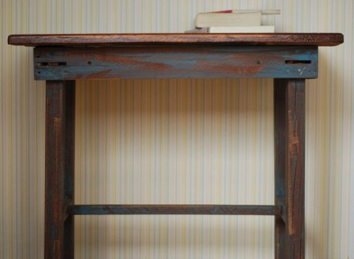Mesa recuperada de el olvido...en una vieja casa familiar. fue restaurada por completo e intervenida para su puesta en valor.  MEDIDAS: 70 cm de largo x 48 cm de profundidad x 62 cm de altura.