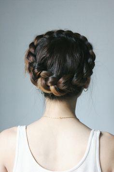 아찔한달리기 아달 강남오피 강남마사지 A crown braid or crown plait is a traditional Ukrainian hairstyle usually worn by women with long hair. It consists of a single braid wrapped around the head.