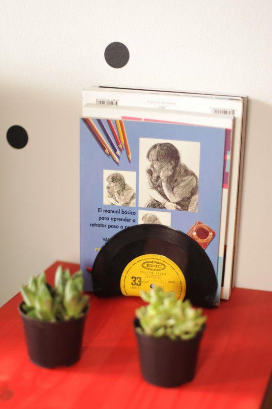 Como fazer um apoio para livros com um LP de vinil antigo