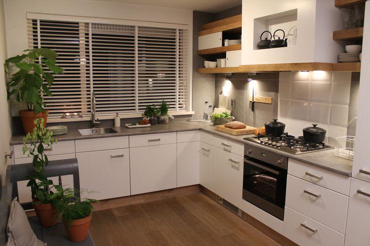 Eigen huis en tuin praxis een strakke witte keuken for Hoofdbord maken eigen huis en tuin