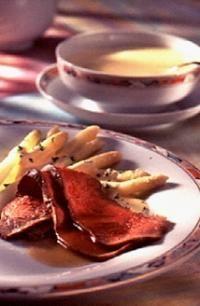 Gebraden rosbief met asperges in Hollandse saus