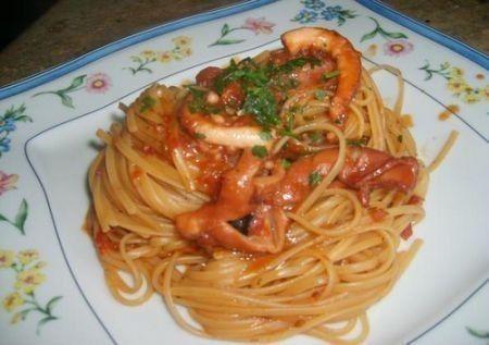 Gli spaghetti alla Procida sono un primo piatto di pesce davvero squisito. Si preparano in poco tempo e sono l\'ideale per un pranzo estivo sofisticato.