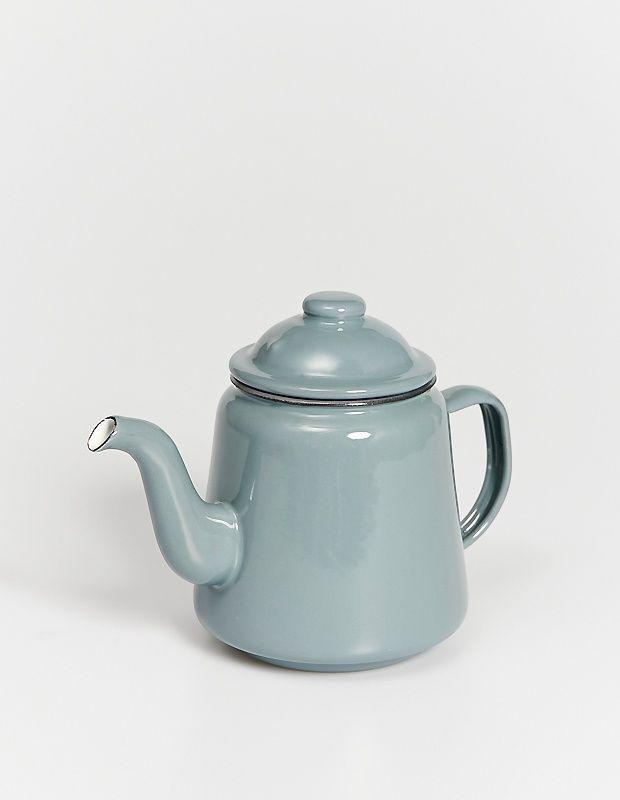 Эмалированный чайник Falcon серого цвета. Верный помощник для чаепития с друзьями, отличное украшение кухни и инстаграма. Премиальная версия с фирменным логотипом Falcon на дне.  Высота — 16 сантиметров Объем — 1000 миллилитров