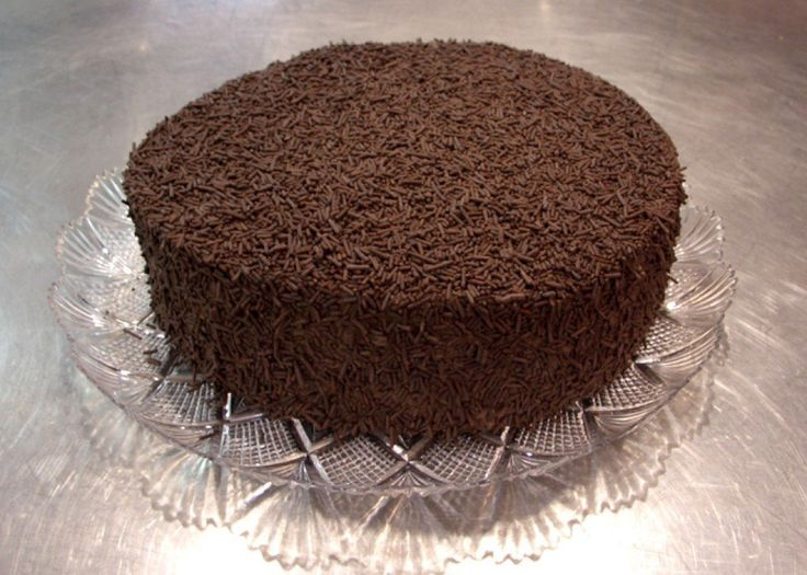 If you are a chocolate fan, you will most certainly enjoy this delicious chocolate cake. Try out the Portuguese brigadeiro cake. It's very easy to do.