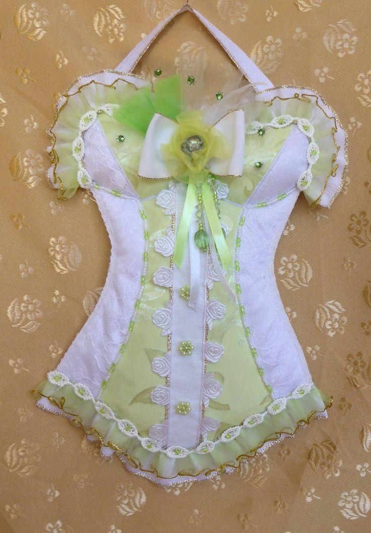 Petit corset shabby chic à suspendre en satin blanc et vert pâle recouvert de dentelle avec perles, strass, noeud : Accessoires de maison par michedeco