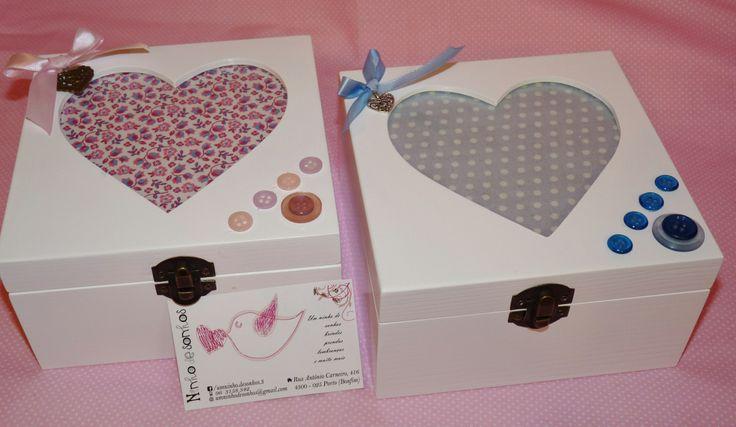 Caixas coração decorada com tecidos e botões.