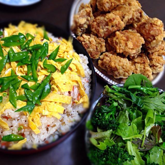 実家で野菜を収穫後 外出先からムスメも合流して、親子三代で昼ごはんを食べました(^ω^) 野菜は採りたて、鶏の唐揚は近所の中華料理屋で揚げたて、母がちらし寿司を作ってくれてお腹いっぱいです 就活で忙しい孫が来て一緒に食事ができて父と母は満足そうでした - 40件のもぐもぐ - 親子三代昼ごはん 久しぶりだね〜 by akkototwins