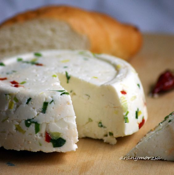 Házi sajt gyorsan, érlelés nélkül csilivel és újhagymával
