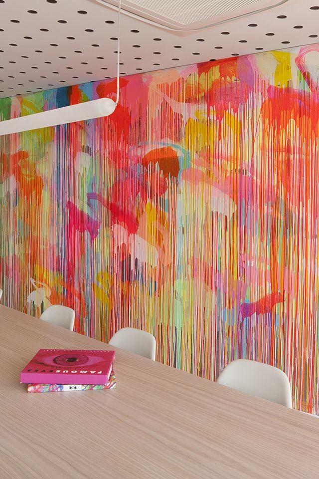 Dripping, Wand über Bett. Acrylfarbe, Neon und Gold und Schwarz.